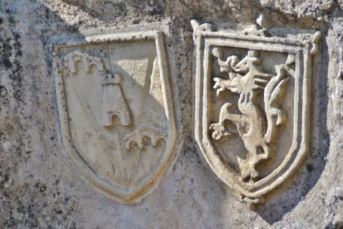 Blason sculpté dans la pierre